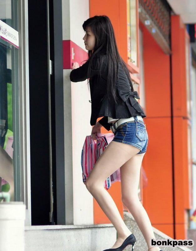 Kitajka v kratkih hlačah po Aziji-7149