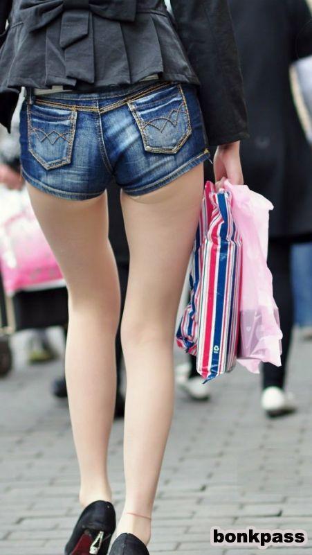 Kitajka v kratkih hlačah po Aziji-3510