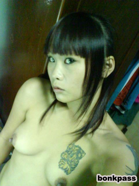 Muchacha adolescente con el tatuaje chino de Taiwán tiempos porno asiática-4536